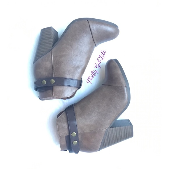 Breckelles Shoes - Breckelle's Gail-22 Belted Chunky Heeled Booties